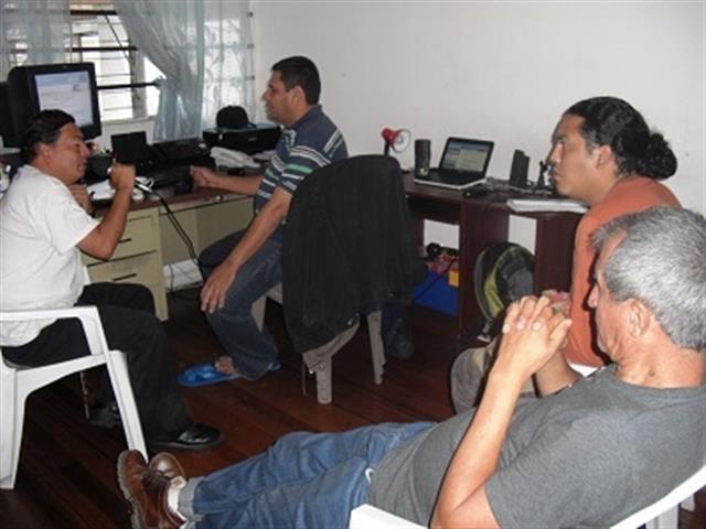 Gerardo Sánchez, Róger Ramírez Fornos y otros sujetos, transmitiendo desde la montaña...de cables que instalaron en la vivienda del primero.