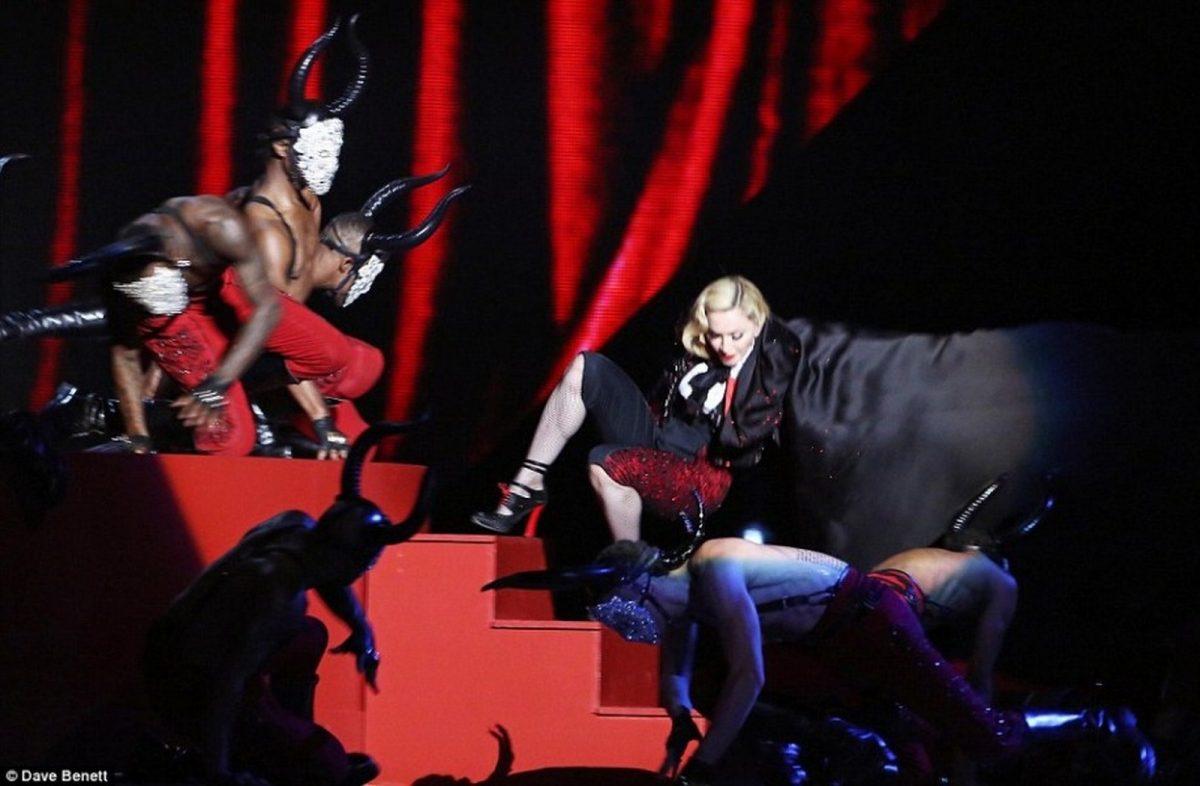 Madonna sufrió una caída en la ceremonia Brit Awards en Londres