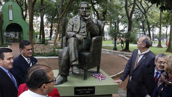 Escritor Augusto Roa Bastos homenajeado con sello de correos