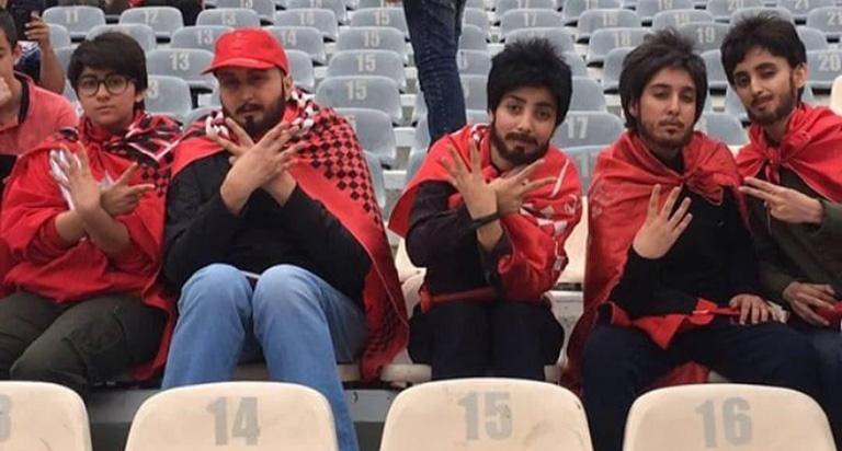 Cinco aficionadas iraníes se disfrazan de hombre