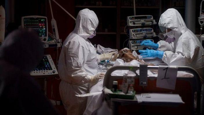 Muertes por covid-19 en EE.UU. marcan un nuevo récord con 865 víctimas en las últimas 24 horas