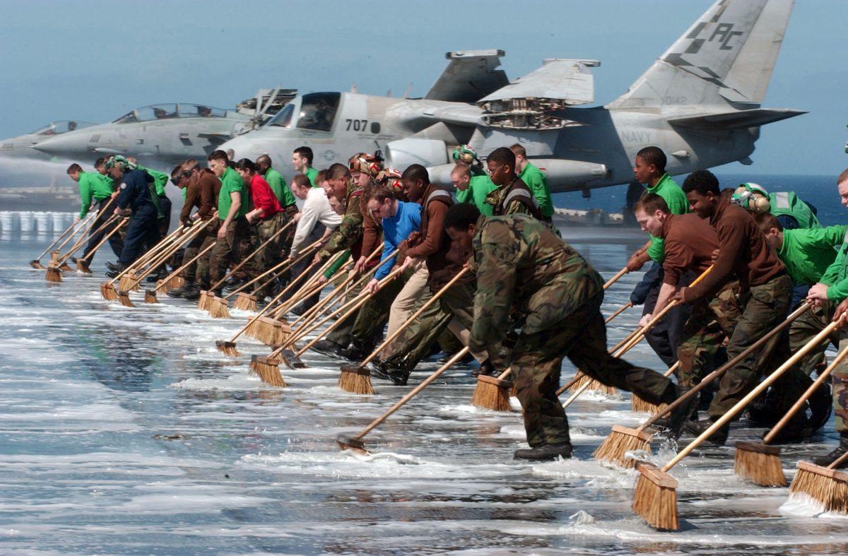 El Pentágono rechaza evacuar tripulación de un portaaviones tras un brote de coronavirus a bordo