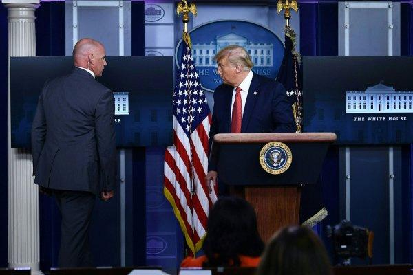 Evacuan a Trump en plena rueda de prensa